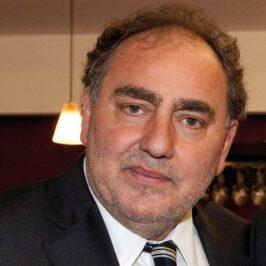 Jean-Luc Mano est né le 8 février 1956 à Paris. Il est journaliste et conseiller en communication français.  Titulaire d'une maîtrise d'histoire, il participe rapidement au mouvement lycéen en France. À 16 ans, il est membre du bureau de l'Union nationale des comités d'actions lycéens (UNCAL), puis rejoint trois ans plus tard l'Union des étudiants communistes (UEC).  De 1976 à 1979, il est président de l'Union nationale des étudiants de France (UNEF). doc DR